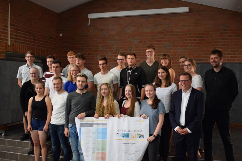 Abiturienten mit neuen Zertifikaten©MDG-Nienburg
