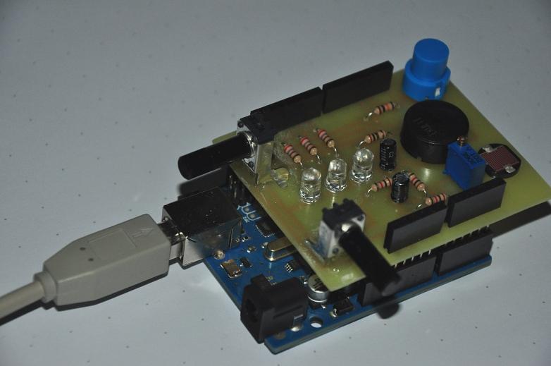 Arduino-EDU-IO-Shield-mit-Rechner©Marion-D�nhoff-Gymnasium, Standort Leinstra�e