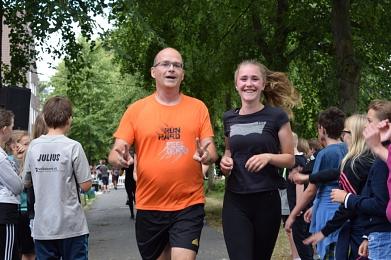 Auch Eltern beteiligten sich am Lauf und vor allem beim Spenden©MDG-Nienburg