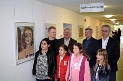 Bernhard Firley, Dr. Ralf Weghöft, Winfried Klug, Bernd Bargemann und Fünftklässler des MDG posieren für die Presse