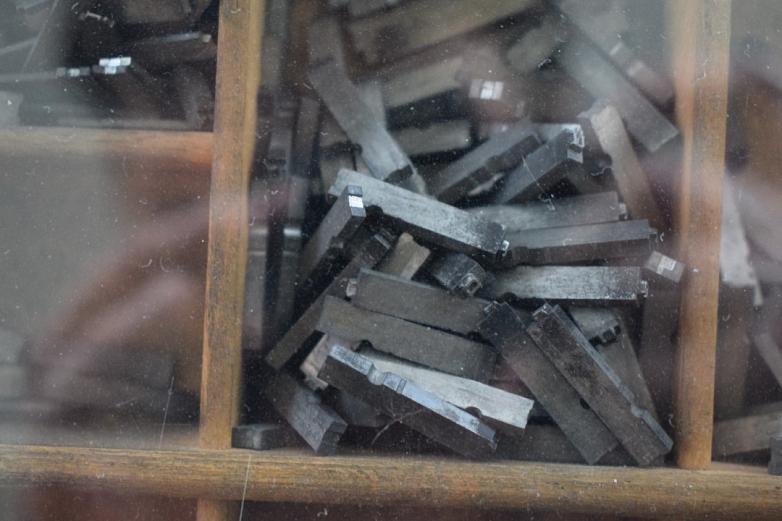 Bewegliche Bleibuchstaben der alten Druckmaschine im Eingang©MDG-Nienburg