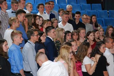 Die Abiturientinnen und Abiturienten werden schon vor dem Festakt aufgenommen©MDG-Nienburg