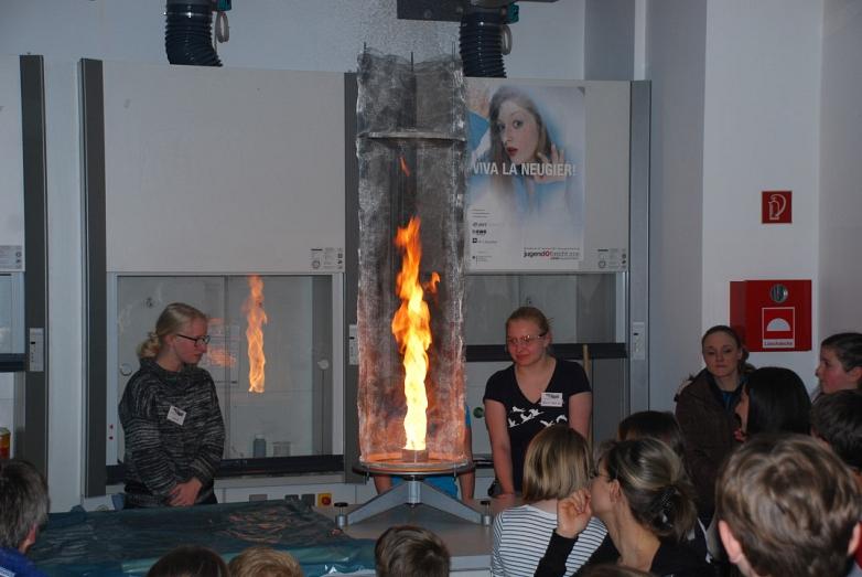 Die Chemiker lassen es krachen und brennen©MDG-Nienburg