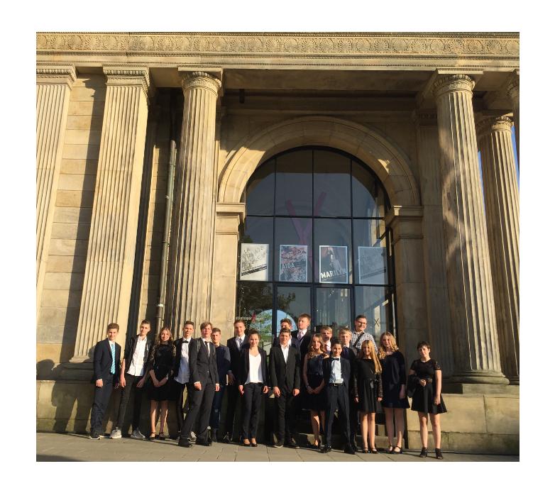 Die Teilnehmer vor der Oper©MDG-Nienburg