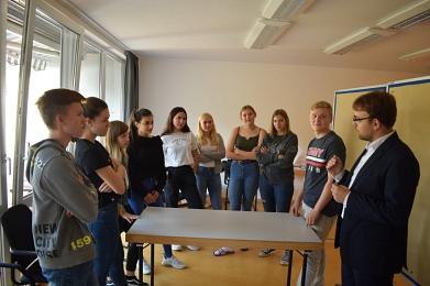 Dozent von der TU Clausthal mit Schülern©MDG-Nienburg