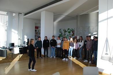 Eine Gruppe durfte in das Büro der Landtagspräsidentin©MDG-Nienburg