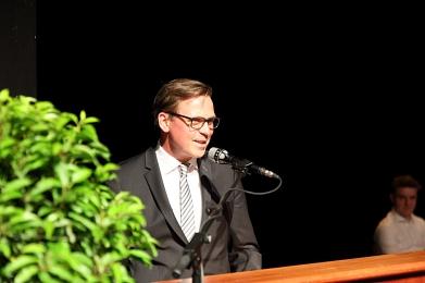 Erste Rede von neuem Schulleiter bei Abiturentlassung©MDG-Nienburg