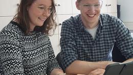 Frau Schwinzer und Herr Gerendt bei der Arbeit