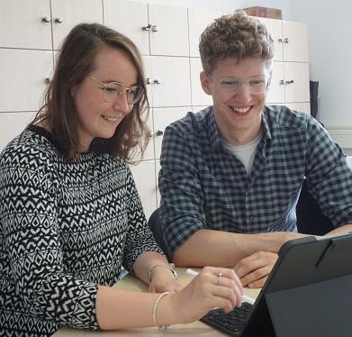 Frau Schwinzer und Herr Gerendt bei der Arbeit©Marion-Dönhoff-Gymnasium