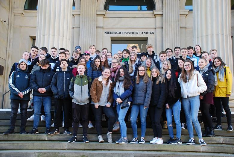 Gruppenfoto auf den Stufen des Landtags©MDG-Nienburg