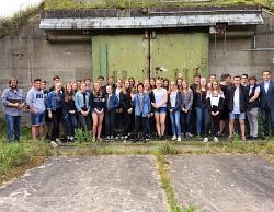 Gruppenfoto vor dem Bunker