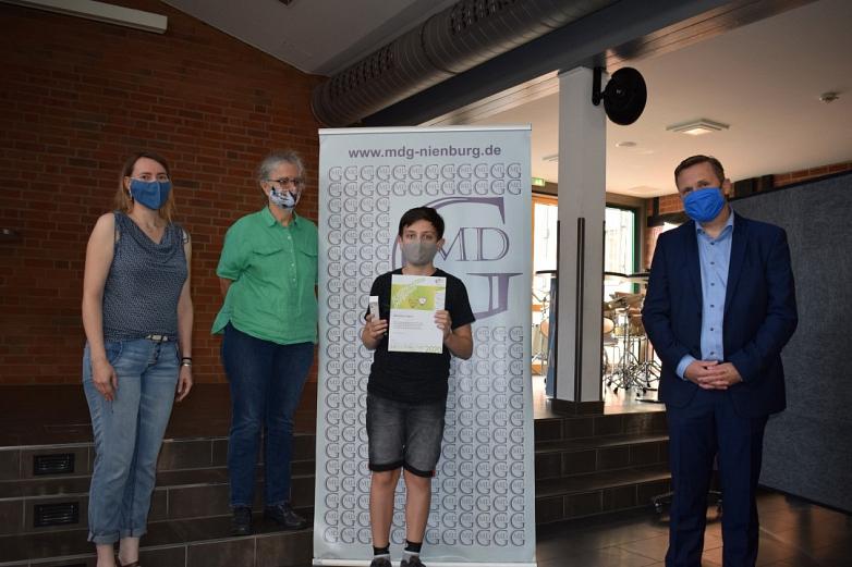 Informatiklehrerinnen und Schulleiter gratulieren dem Sieger©MDG-Nienburg