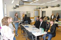 Lehrer, Besucher und Schüler staunen über die Vorträge