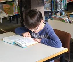 """Luca liest aus """"Luzifer Junior"""" vor."""