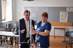 Lutz Kulze-Meyer und Anke Bösling freuen sich über die gelungene Glasspende