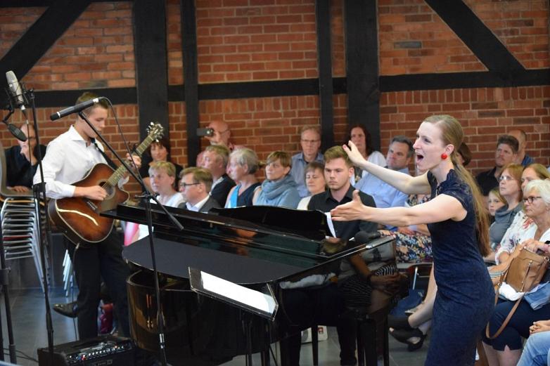 Mit Gitarre und Klavier wurden die Songs von Ed Sheeran zum Klingen gebracht.©MDG-Nienburg