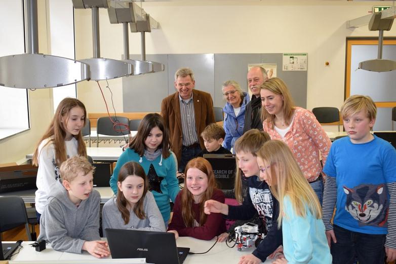 Der Vorsitzende des Fördervereins Heinz-Dieter Rohlfs freut sich mit den Schülern und Lehrern des MDG über die gelungene Neuanschaffung©MDG-Nienburg
