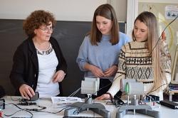 Physiklehrerin Monika Seivert und Schülerinnen der zehnten Klasse