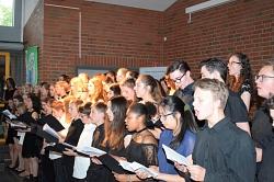 Sängerinnen und Sänger während der Ode an die Freude