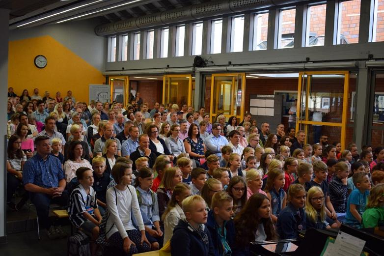 Schüler und Angehörige bei der Einschulung©MDG-Nienburg