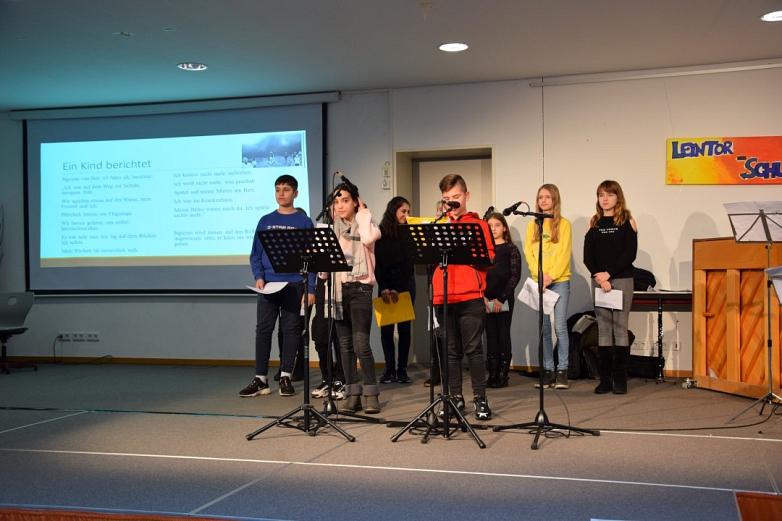 Schülergruppe beim Vortrag©MDG-Nienburg