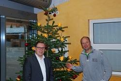 Schulleiter und Spender Schierholz freuen sich über schönen Tannenbaum