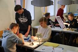 Schüler der neunten Klasse arbeiten mit Sonnenkollektoren
