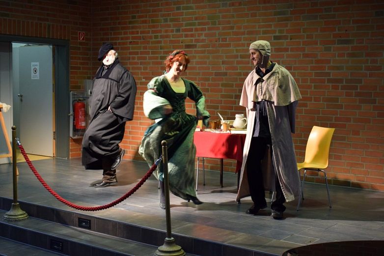 Tanzende Schauspieler auf der MDG-Bühne©MDG-Nienburg