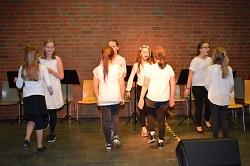 Teile der Chorklasse beim Tanz