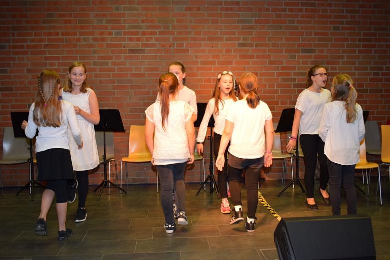 Teile der Chorklasse beim Tanz©MDG-Nienburg
