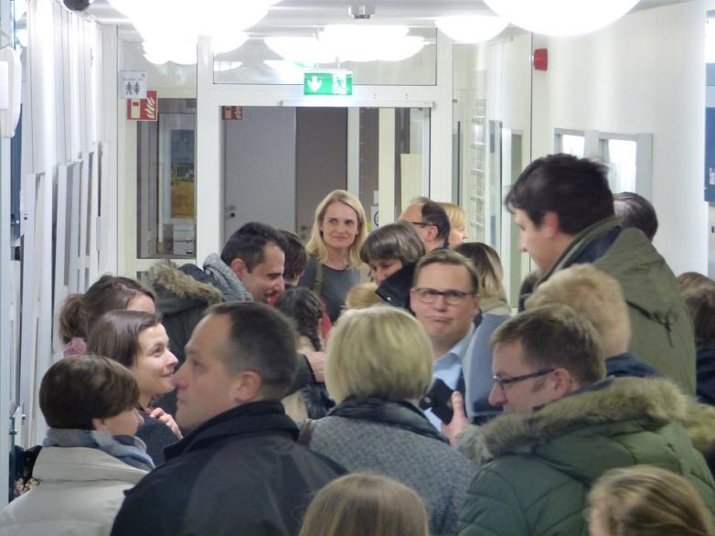 Volle Flure im Amtsgericht bei Vernissage©MDG-Nienburg