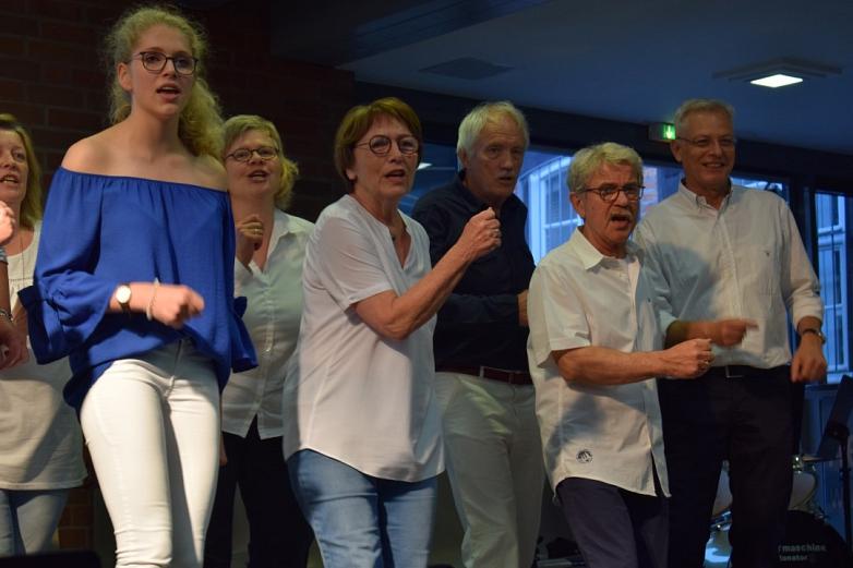Voller Körper-Einsatz beim Eltern-Lehrer-Chor©MDG-Nienburg